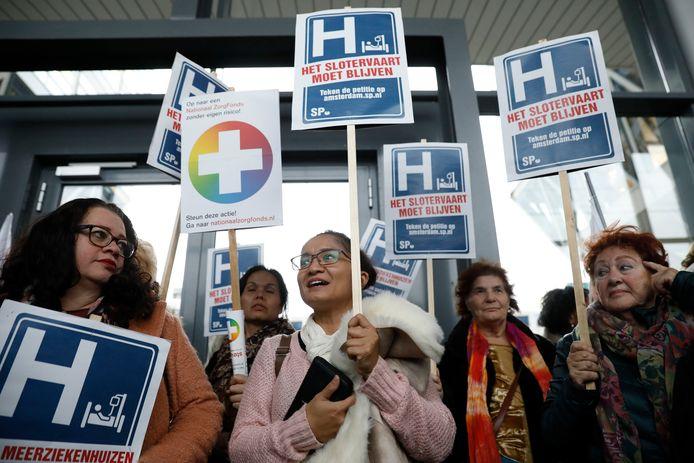 Protesterende medewerkers en patiënten bij een vestiging van Zilveren Kruis Achmea tegen de sluiting van het Slotervaartziekenhuis en de IJsselmeerziekenhuizen