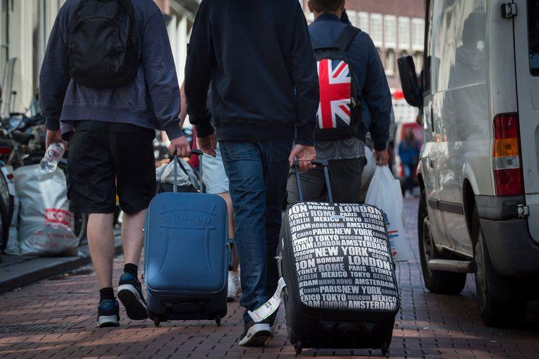 Toeristen met rolkoffers in Amsterdam. Beeld ANP