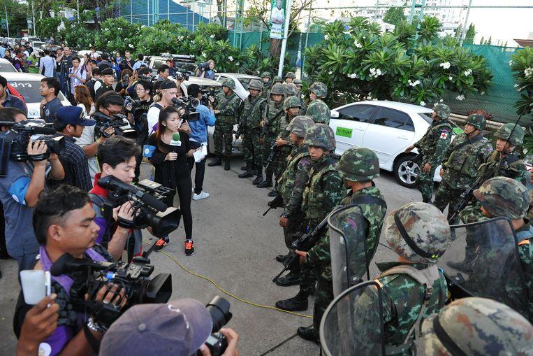 De Thaise pers doet verslag van de staatsgreep.