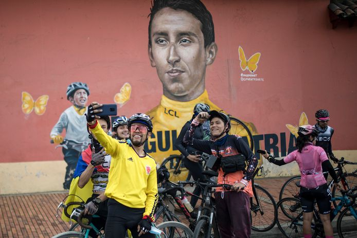 Fans in Colombia bij een muurtekening van Egan Bernal.