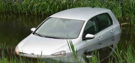 Klassieker in nieuwbouwwijk Hardenberg: auto rolt van straat in sloot