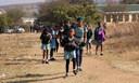 Toeristen hebben veel bekijks als de scholen uit zijn.