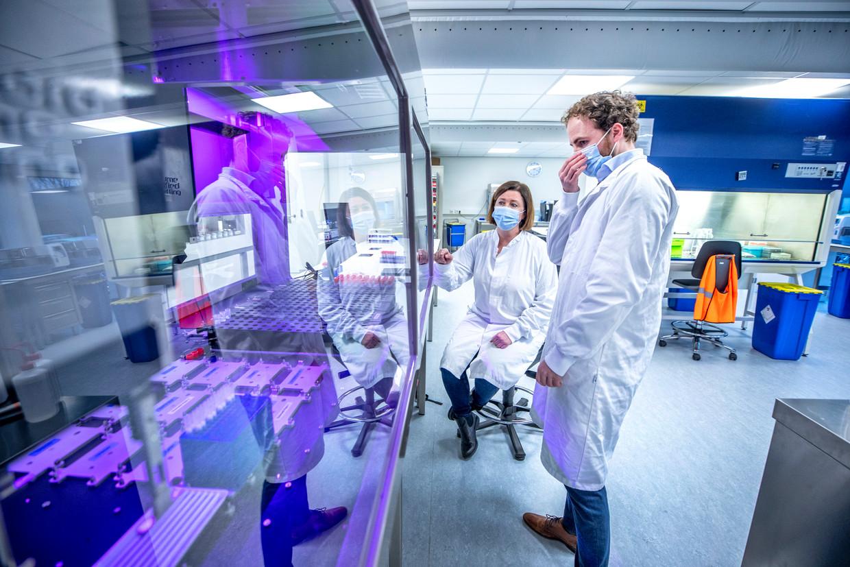 De nieuwste machines staan klaar bij het Hudson-laboratorium in Utrecht om de coronatests te verwerken. Beeld Raymond Rutting / de Volkskrant