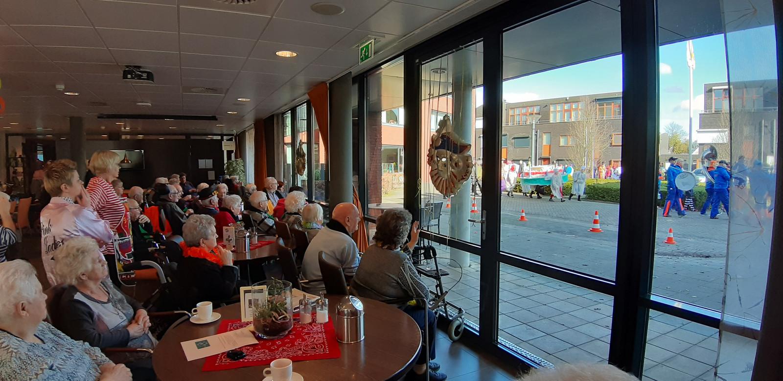 De ouderen in woonzorgcentrum De Kerkakkers zien de kinderoptocht aan zich voorbij trekken