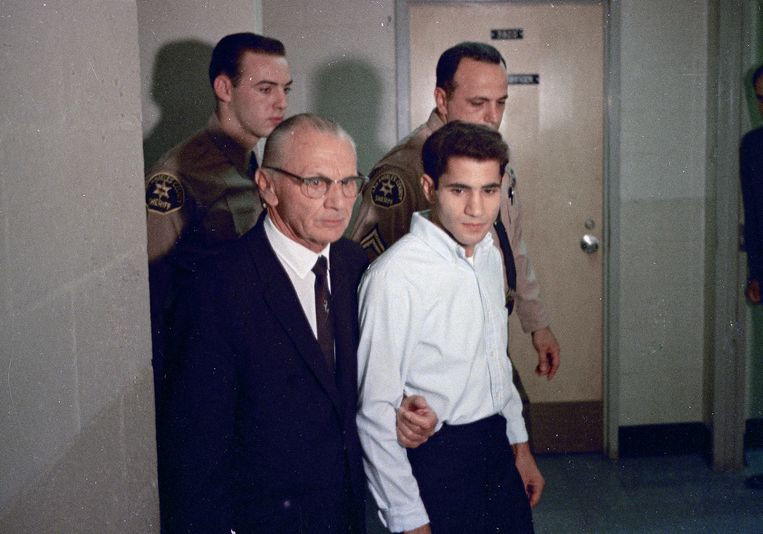De jonge Sirhan Sirhan met zijn advocaat Russell E. Parsons in juni 1968. Beeld AP