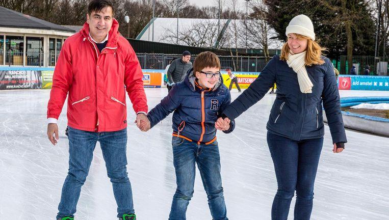Micheil Saakasjvili met zoon en zijn Nederlandse echtgenote Sandra op de schaats op de Jaap Edenbaan Beeld Marco Okhuizen