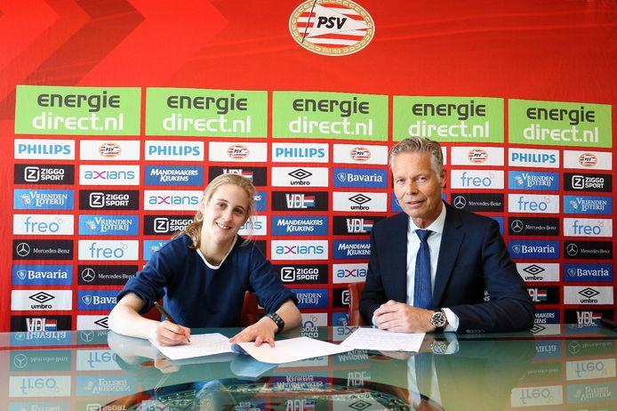 Katja Snoeijs met Peter Fossen. De spits tekende voor twee seizoenen in Eindhoven.
