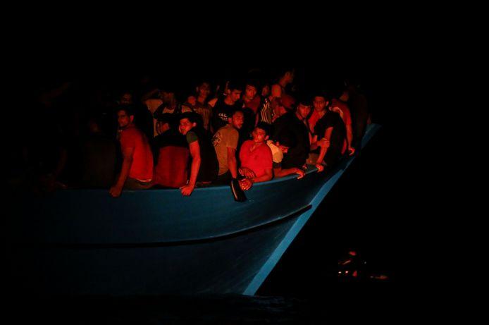 Migranten op een overvolle houten boot worden gered door het Duitse reddingsschip Sea-Watch 3 en het Franse reddingsschip Ocean Viking in het westen van de Middellandse Zee, voor de kust van Tunesië.