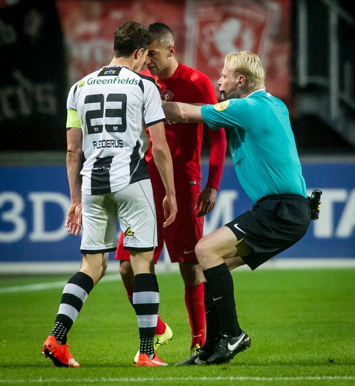 Mark -Jan Fledderus 'in duel' met Hakim Ziyech tijdens de derby in 2016.
