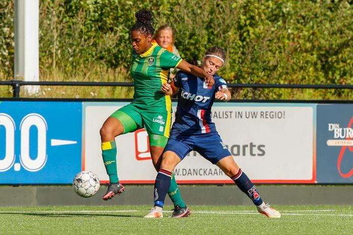 Joline Amani schermt de bal af voor Sanne Koopman van Willem II in een oefenduel.