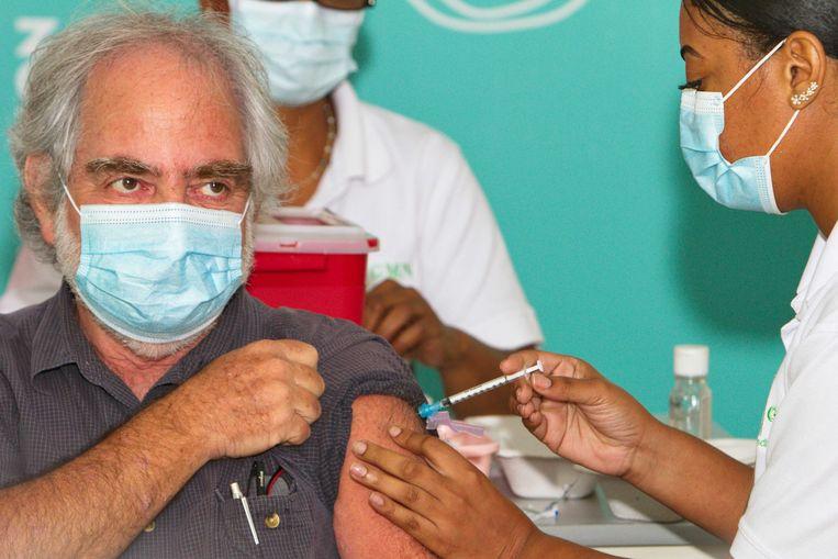 Izzy Gerstenbluth ontvangt een van de eerste prikken met het coronavaccin die op Curaçao worden gezet. Beeld ANP