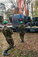 Een zware bunker wordt op zijn plaats gezet.