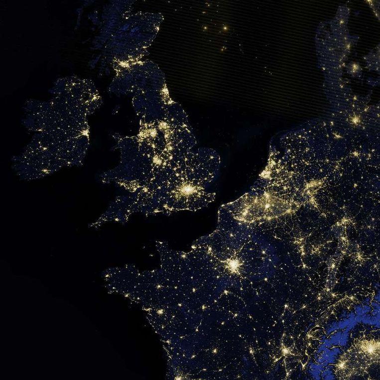 Groot-Brittannië, Ierland, Nederland, België, Luxemburg en Frankrijk bij nacht. Beeld Nasa