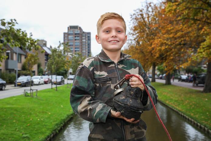 De 9-jarige Tom met zijn 'explosief'.