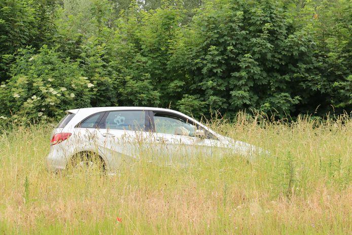 Het tweede voertuig kwam honderd meter verder in het hoge gras terecht.