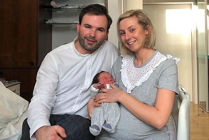 De fiere ouders Ludovick Savic en Annelies Lecoutre met Maurice.