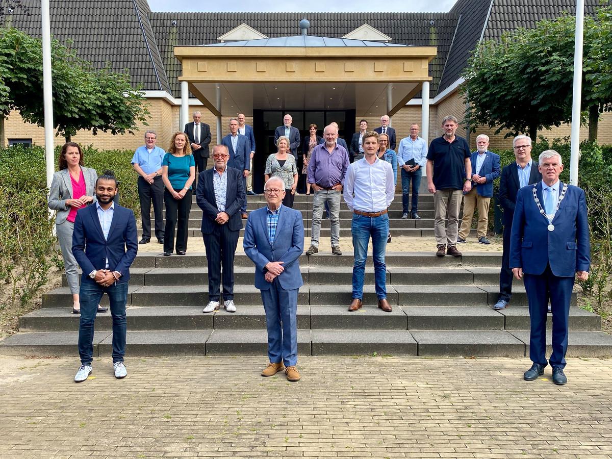 De raadsleden van Ermelo, met rechts burgemeester André Baars.