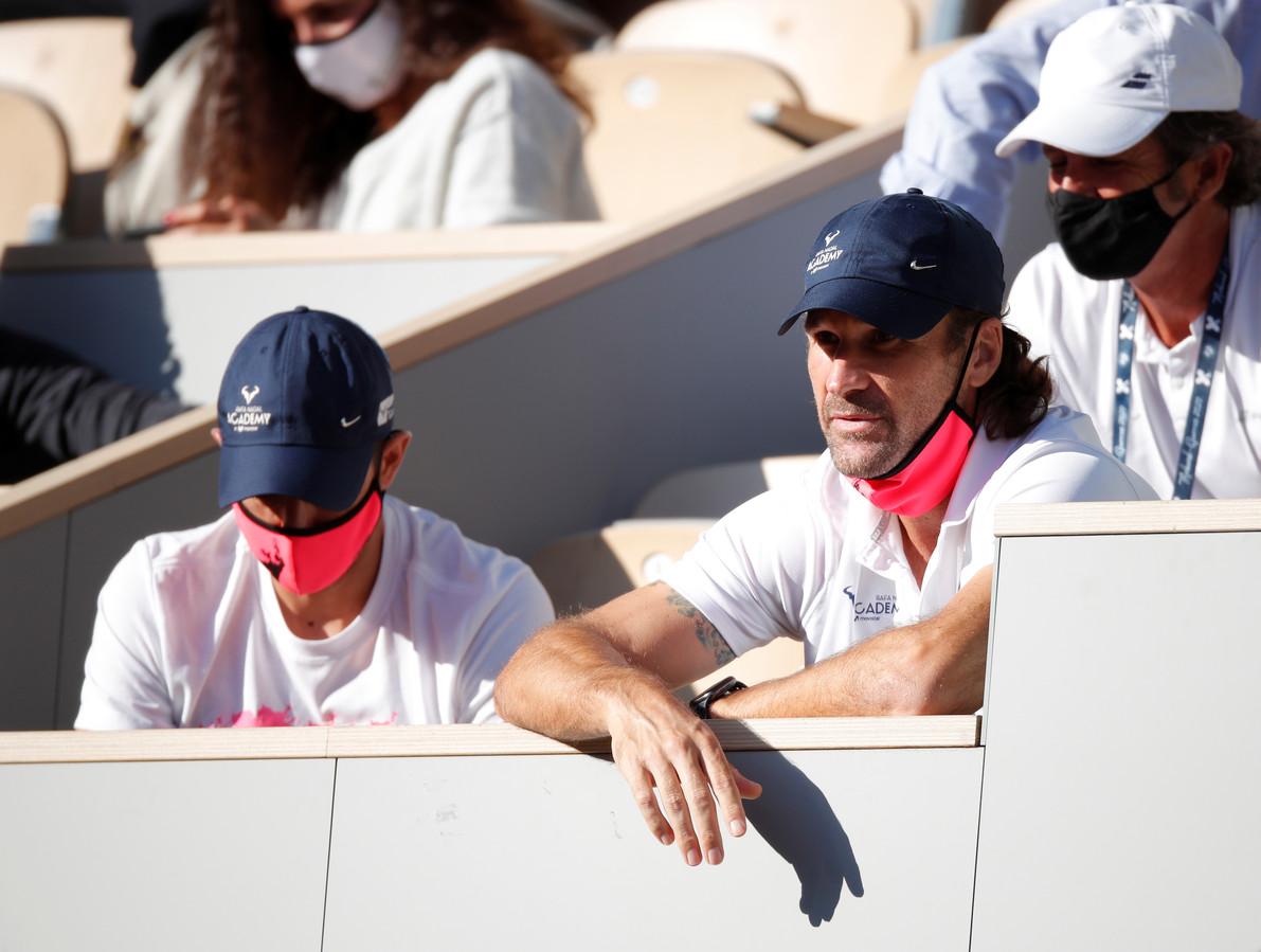 Carlos Moya (r) op Roland Garros.