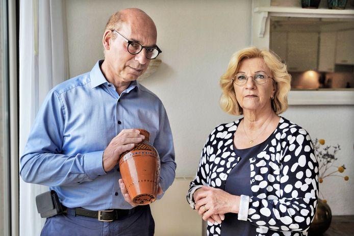 Philip Minco en José Verhoeven met de vaas die de oorlog overleefde.