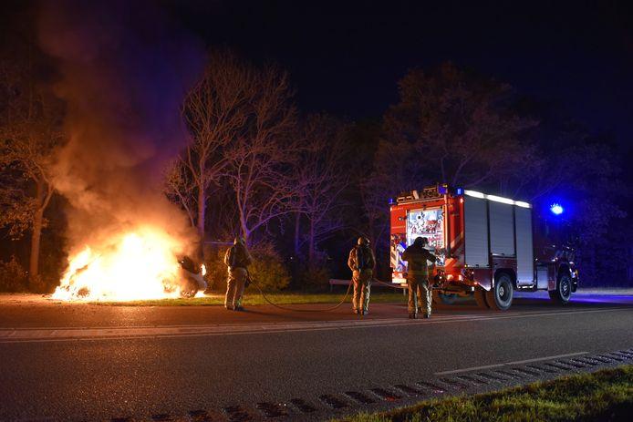 De bestelbus brandde uit op de Spijkweg bij Biddinghuizen.