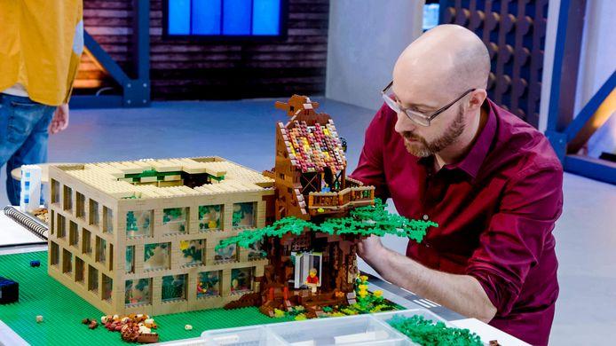 David Vanhee aan het werkt tijdens de eerste aflevering van LEGO MASTER.