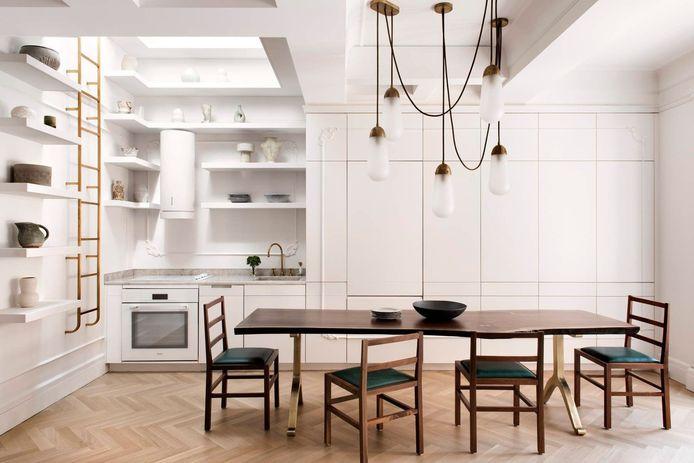 De moderne, strakke keuken is erg licht.