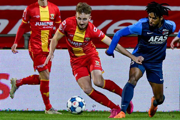 Frank Ross namens Go Ahead Eagles in duel met Robin Lathouwers van Jong AZ.