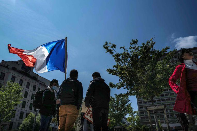 Foto ter illustratie: aanhangers van de Franse partij 'Les Patriotes' zwaaien met een Franse vlag in Lyon.  Beeld AFP