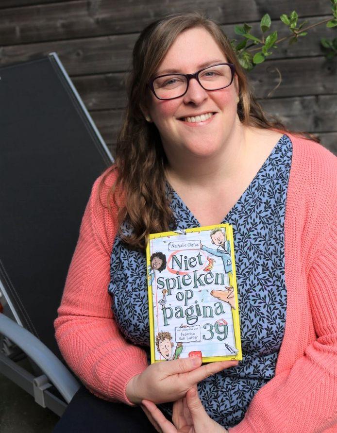 Nathalie Clefas met haar kinderboek 'Niet spieken op pagina 39'.