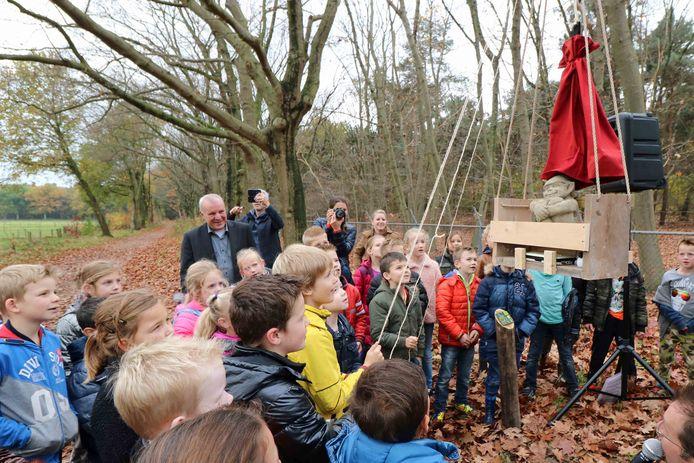 Leerlingen van basisschool De Hoogakker mochten 't Heimanneke onthullen.