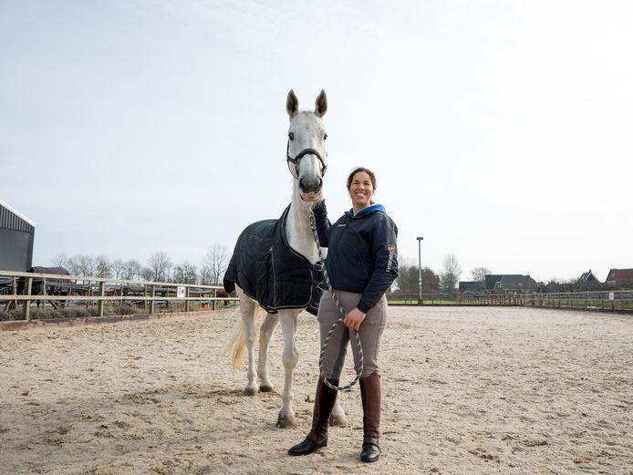 Santoucha van der Meij, hier met haar Grand Prix-paard Winsor, gaat lesgeven om geld in te zamelen voor gehandicapte ruiters.