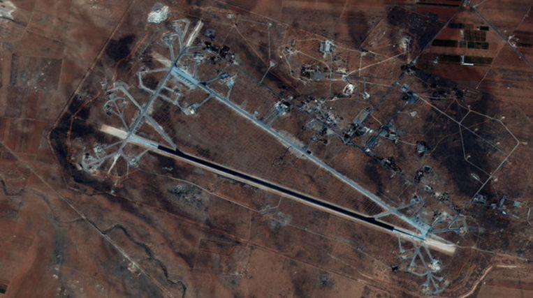 Satellietfoto van de gebombardeerde militaire luchthaven Shayrat van waaruit de chemische gifgasaanvallen zouden zijn uitgevoerd. Beeld Photo News