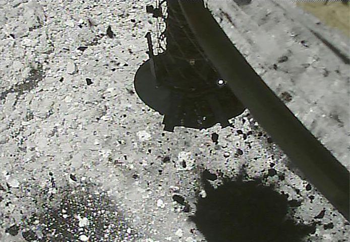 Een opname uit maart laat zien hoe gruis opspat van Ryugu, nadat Hayabusa2 er kogeltjes op afvuurde.
