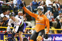 Jeffrey Hoogland juicht na het winnen van Harrie Lavreysen (links) in de finale sprint tijdens de Europese Kampioenschappen baanwielrennen in Omnisport.