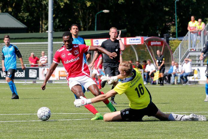 Pernelly Biya (rood shirt) keert terug bij VVOG.