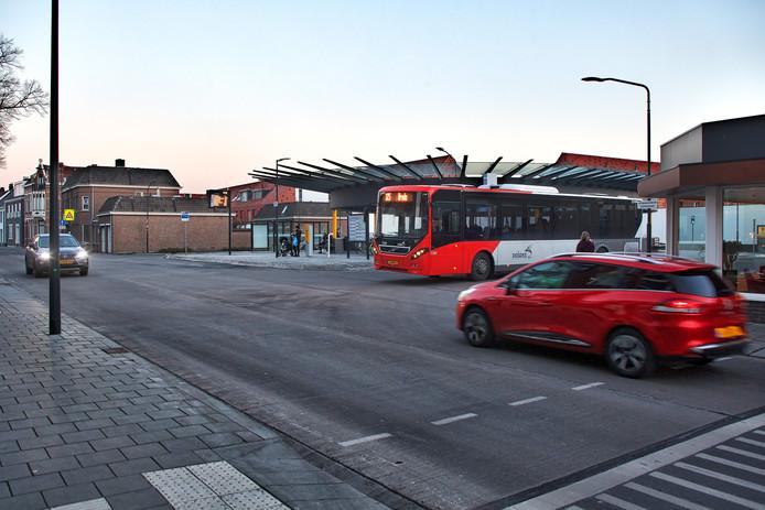 Wie moet stoppen? De buschauffeur die vertrekt van het station óf de automobilist die vanaf de Mathildastraat komt?