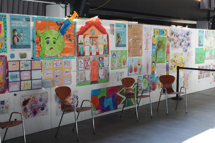 Kinderen van verschillende scholen hebben de wachtzone van het vaccinatiecentrum opgefleurd met tekeningen.