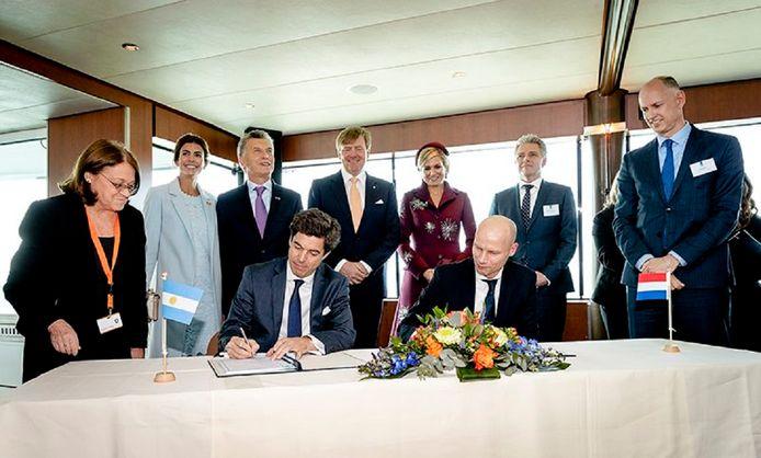 De ondertekening van de samenwerkingsovereenkomst tijdens de rondvaart van het presidentiële en koninklijk paar door de Rotterdamse haven.