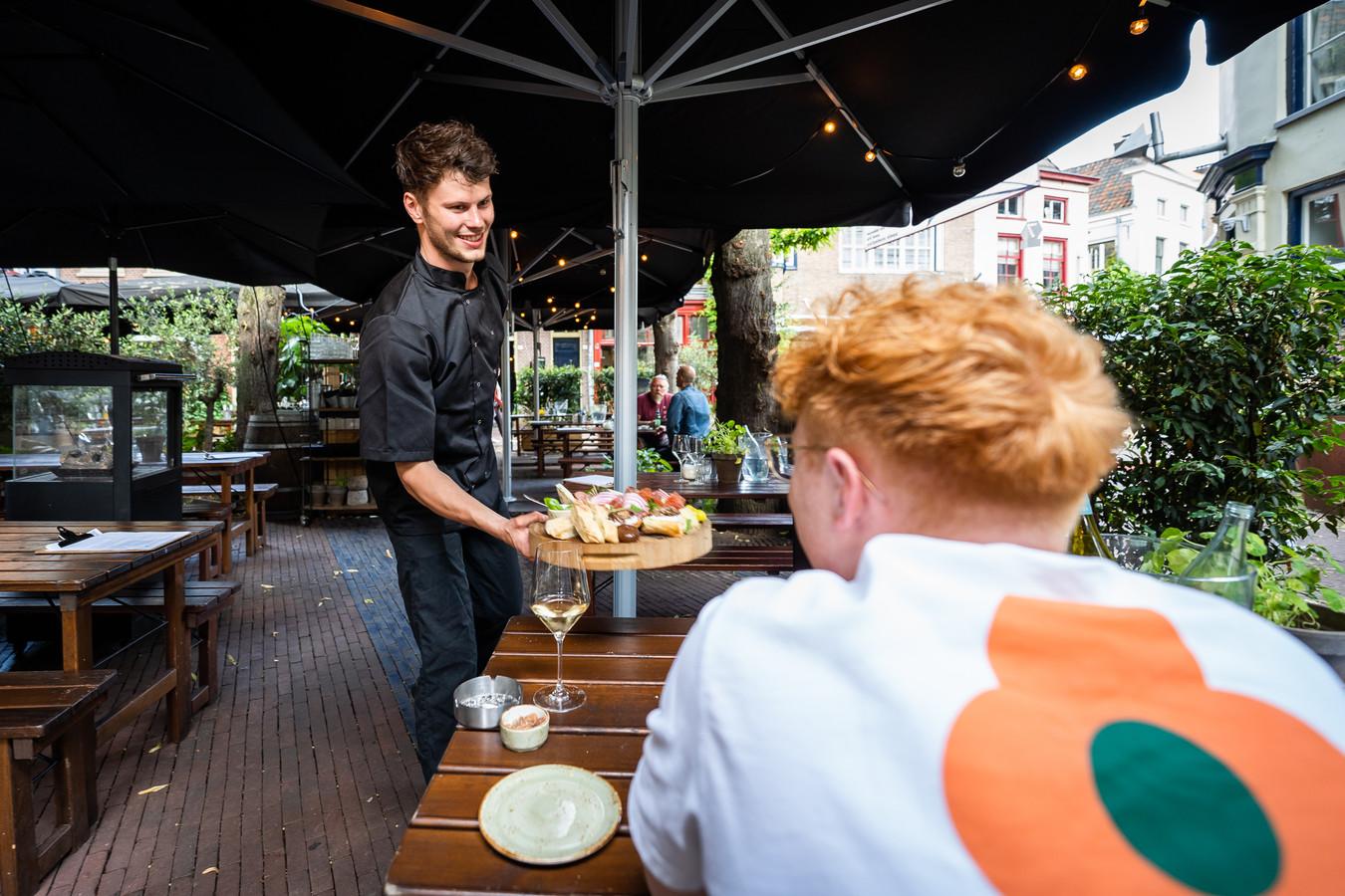 Chef Matthijs van Kleij van ZafVino brengt het eten zelf naar een gast direct vanuit de keuken.