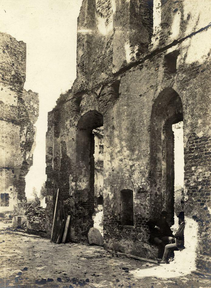 Pierre Cuypers (rechts) en Victor de Stuers, zittend op de ruïnes van Kasteel de Haar in 1892.
