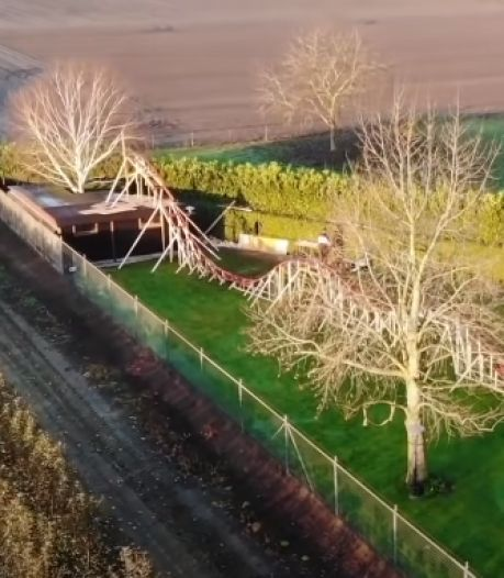 Nederlandse YouTubers bouwen 50 meter lange achtbaan in achtertuin