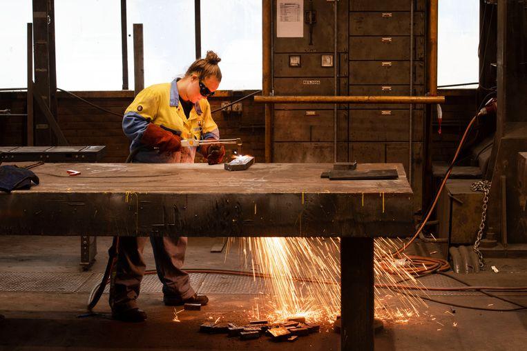 Een leerling-lasser aan het werk in de algemene werkplaats van Tata Steel. Beeld Olaf Kraak
