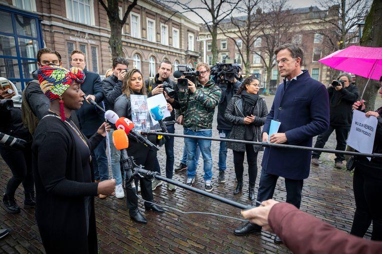 Gedupeerde ouders gaan op het Plein voor de Tweede Kamer in gesprek met premier Mark Rutte. Beeld Werry Crone