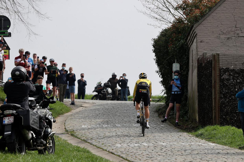 Wout van Aert (Jumbo-Visma) wordt aangemoedigd op de Paterberg tijdens zijn verkenning van de Ronde Van Vlaanderen. Beeld Photo News