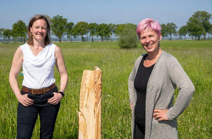 Kunstenaar Mascha Bossuyt (rechts) en organisator Martine van der Mast zien graag dat Kunst aan het Klompenpad een vervolg krijgt.
