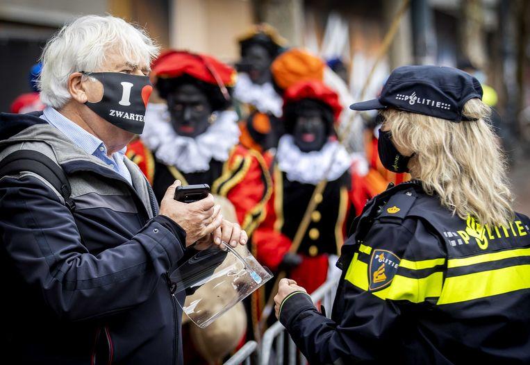 Aanhangers van anti-islambeweging Pegida, verkleed als de traditionele Zwarte Piet, demonstreren voor het behoud van Zwarte Piet. Beeld ANP