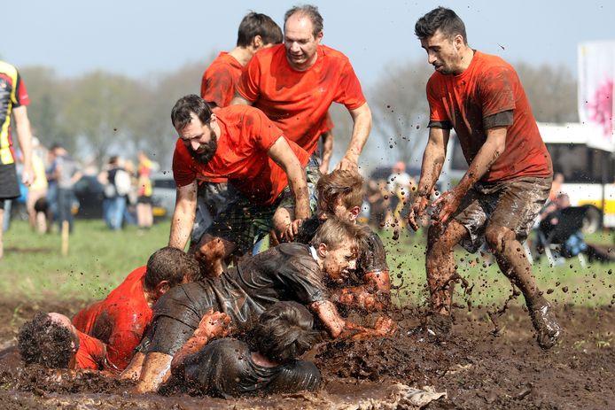 Het jaarlijkse Kwalleballen in Dommelen op een kletsnat modderveld