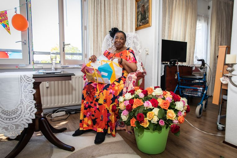 Oma Roosje kreeg een boeket met 105 rozen. Beeld Dingena Mol