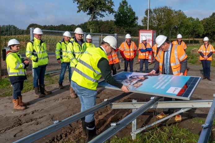 Wethouder Leo van der Velden legt het eerste paneel van zonnepark Ermelo Schaapsdijk.