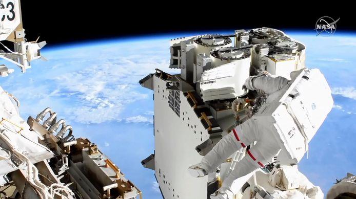ESA astronaut Thomas Pesquet die een ruimtewandeling doet op het ISS.